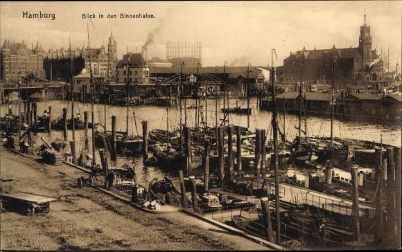 Ak Hamburg, Blick in den Binnenhafen, Boote vor Anker, Teilansicht der Stadt