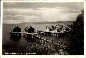 Ak Uhldingen Mühlhofen am Bodensee, Blick auf die Pfahlbauten am See, Steg