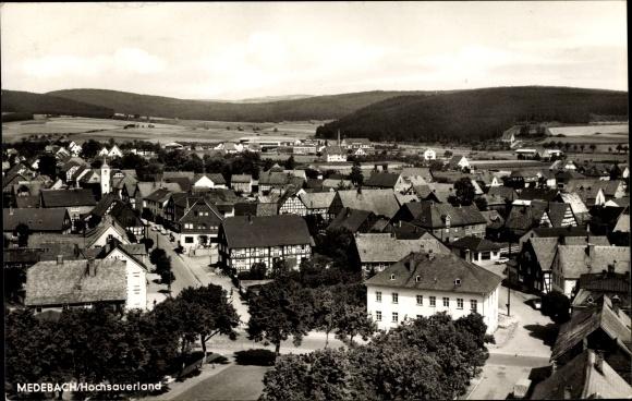 Ak Medebach im Hochsauerlandkreis, Teilansicht vom Ort mit Kirche, Fachwerkhäuser, Hügellandschaft