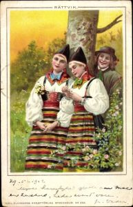 Litho Zwei junge Frauen und ein junger Mann in schwedischer Tracht, Blumen