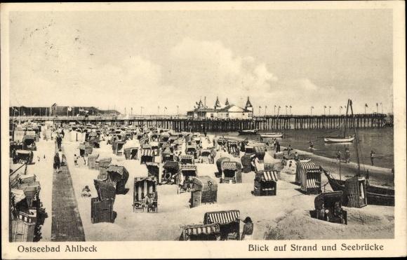 Ak Ostseebad Ahlbeck Heringsdorf auf Usedom, Blick auf Strand und Seebrücke, Badegäste, Strandkörbe