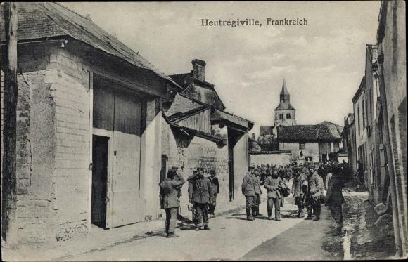 Ak Heutrégiville Marne, Straßenpartie, Soldaten, Kirche