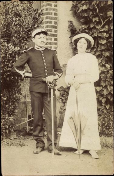 Foto Ak Französischer Offizier in Uniform, Frau mit Hut, Regenschirm