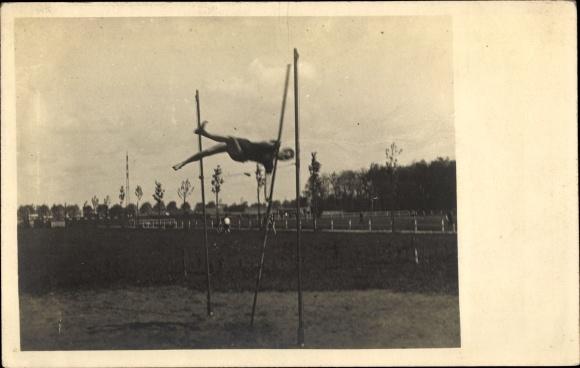 Foto Ak Hochsprung, Athlet, Stange, Sportplatz