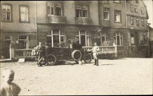 Foto Ak Zwei Männer vor einem Automobil mit offenem Verdeck