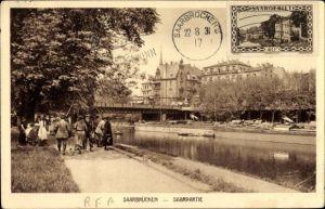 Ak Saarbrücken im Saarland, Saarpartie, Brücke, Passanten