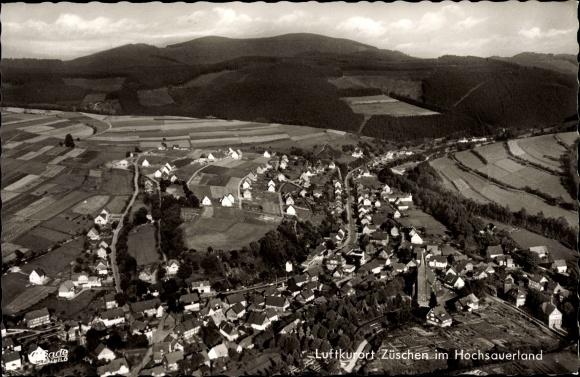 Ak Züschen Winterberg im Sauerland, Fliegeraufnahme, Wohnhäuser, Kirche, Felder, Berge