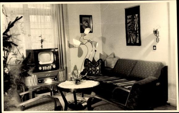 Foto Ak Wohnzimmer, Innenansicht, Fernseher, Sofa