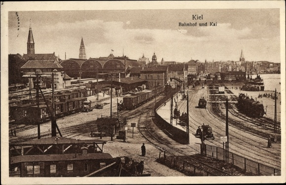 Ak Kiel in Schleswig Holstein, Teilansicht vom Ort, Kirchtürme, Bahnhof und Kai, Waggons, Autos