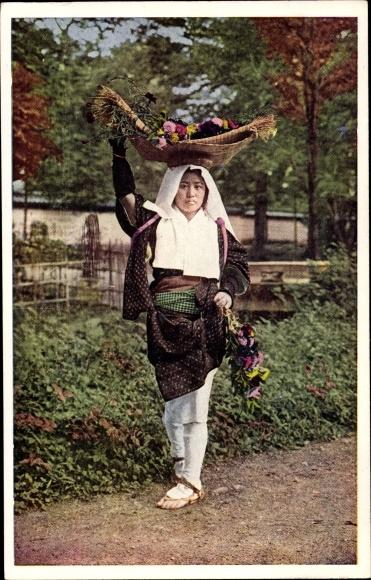 Ak Japan, Japanische Frau trägt Korb mit Blumen auf dem Kopf