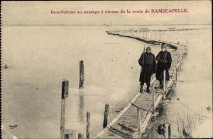Ak Ramskapelle Nieuwpoort Westflandern, Inondations au passage à niveau de la route de Ramscapelle