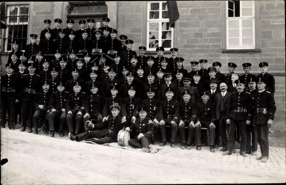 Foto Ak Feuerwehr, Männer in Uniformen, Gruppenfoto