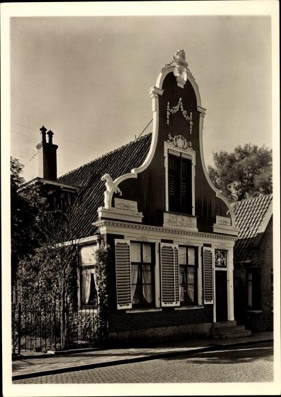 Ak Krommenie Zaanstad Nordholland Niederlande, Haus mit geschnitztem Holzgiebel