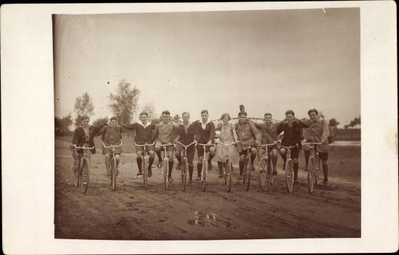Foto Ak Fahrräder, Männer, Frauen