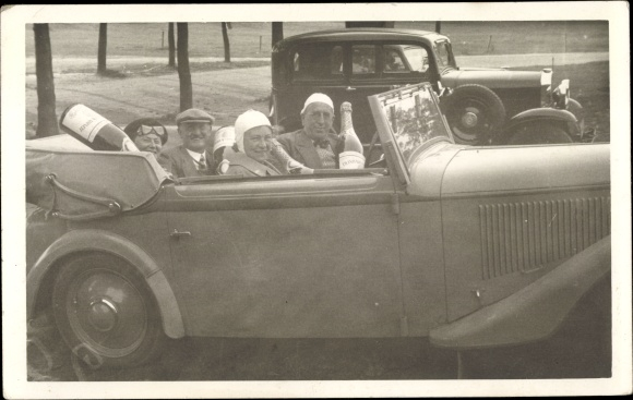Foto Ak Zwei Automobile, Cabrio, Männer, Frauen, Champagner
