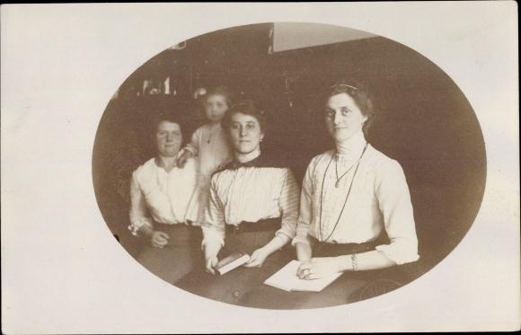 Foto Ak Gruppenfoto, Drei Frauen, Mädchen, Bücher