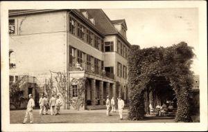 Ak Essen im Ruhrgebiet, Reservelazarett, Maschinenbauschule, Außenansicht, Menschen