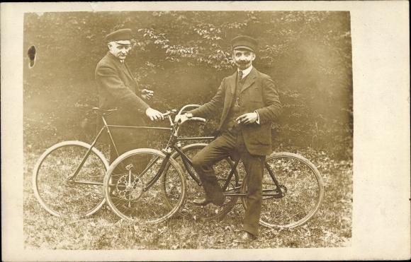 Foto Ak Zwei Männer, Fahrräder