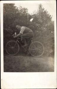 Foto Ak Mann mit Fahrrad, Rennrad