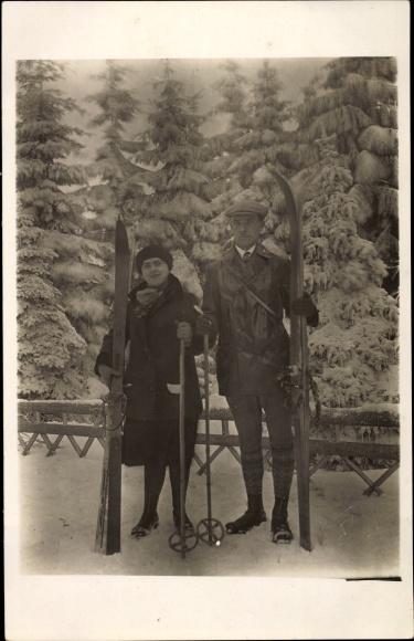 Foto Ak Oberhof im Thüringer Wald, Paar mit Skiern, Winter 1927