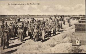 Ak Ein Sonntagsspaziergang in der Barackenstraße, Kriegsgefangene, Gefangenenlager
