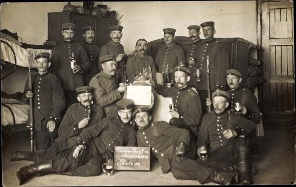 Foto Ak Pionier Regiment 24, 2. Korporalschaft, Stube 30, Soldaten mit Biergläsern, Pfeifen