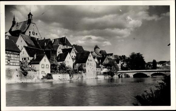 Foto Ak Besigheim in Baden Württemberg, Wohnhäuser am Fluss, Kirche