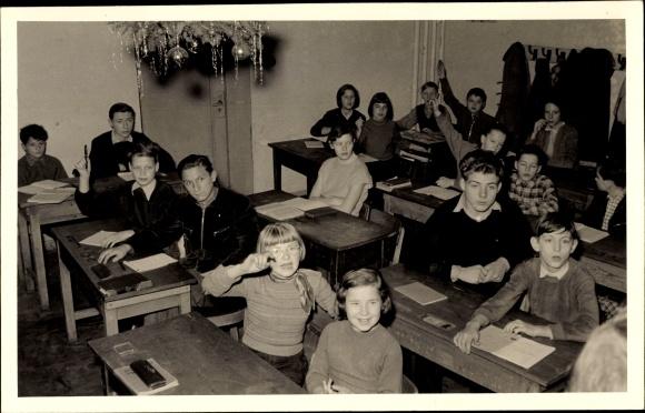 Foto Ak Schulklasse, Unterricht, Melden, Weihnachtszeit, Berlin