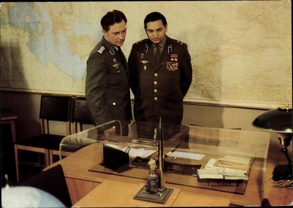 Ak Kosmonauten Waleri Bykowski u. Sigmund Jähn, Besuch im Juri Gagarin Museum