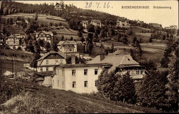Ak Brückenberg b. Krummhübel Riesengebirge Schlesien, Teilansicht vom Ort, Pension Rübezahl, Wiesen