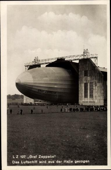 Ak LZ 127 Graf Zeppelin, Luftschiff wird aus der Halle gezogen