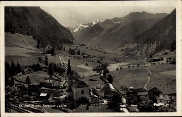 Ak St. Jodok am Brenner Tirol, Kirche, Häuser, Berge, Felder