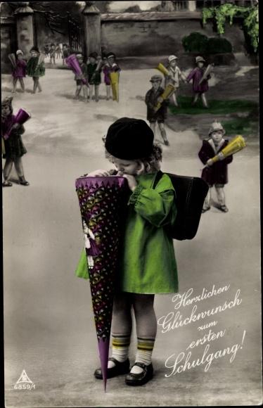 Ak Glückwunsch Schulanfang, Mädchen schaut in Zuckertüte