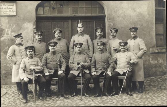 Foto Ak Gruppenfoto, Soldaten in Uniformen, Pickelhaube