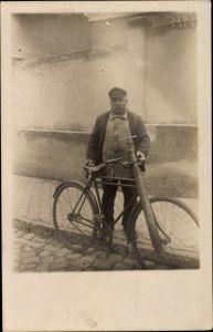 Foto Ak Mann mit Schnurrbart, Fahrrad