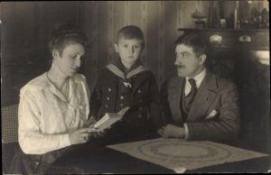 Foto Ak Familienportrait, Mutter, Vater, Sohn