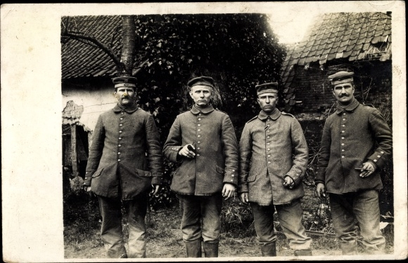 Foto Ak Vier deutsche Soldaten in Uniformen, Gruppenportrait