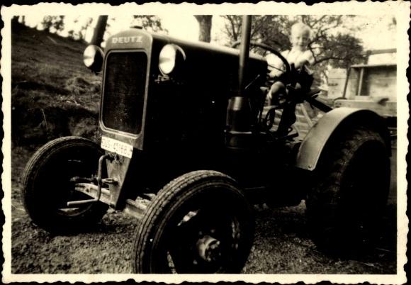 Foto Kleiner Junge sitzt auf einem Deutz Traktor