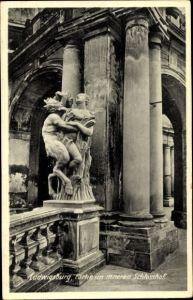 Ak Ludwigsburg in Baden Württemberg, Partie im inneren Schlosshof, Statue Teufel und Frau, Säulen