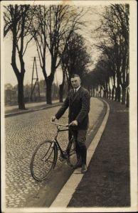 Foto Ak Mann mit einem Adler? Fahrrad