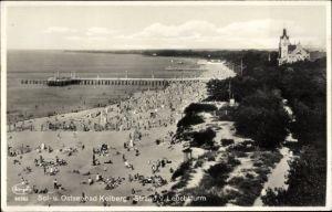 Ak Kołobrzeg Kolberg Pommern, Strand vom Leuchtturm, Seebrücke