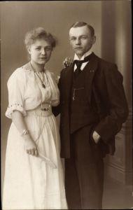 Foto Ak Mann und Frau, Standportrait, Fächer, Anzug