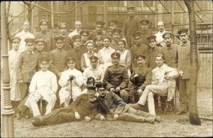 Foto Ak Deutsche Soldaten im Lazarett, Gruppenportrait, Ärzte
