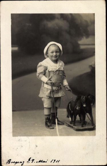 Foto Ak Kleinkind mit einem Schaukelpferd