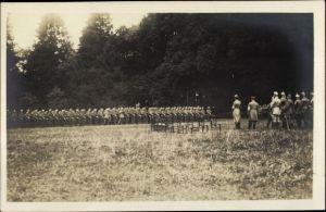 Foto Ak Deutsche Soldaten auf einem Feld, Offiziere