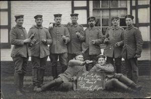 Foto Ak Deutsche Soldaten in Uniformen, 20km hinter der Front