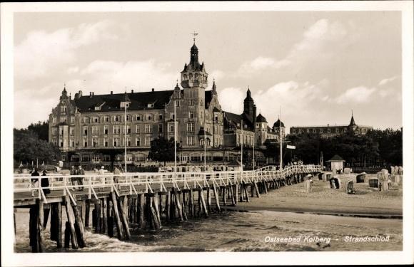 Ak Kołobrzeg Kolberg Pommern, Strandschloss, Seebrücke