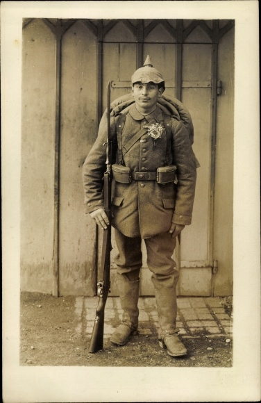Foto Ak Deutscher Soldat in Uniform, Pickelhaube, Bajonett, Gewehr