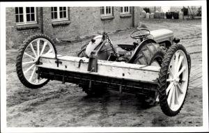 Foto Ak Traktor mit Pflug auf Rädern, Bauernhof