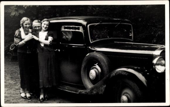 Foto Ak Mann mit zwei jungen Frauen, Mercedes Benz Automobil